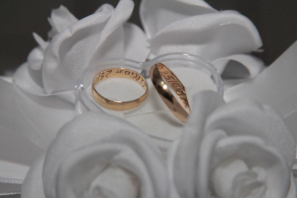 quelques conseils pour bien choisir les alliances pour son mariage mariage paris fr. Black Bedroom Furniture Sets. Home Design Ideas